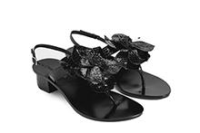 Sandalia de dedo en piel reptil color negro, con adorno flor. Tacón 3cm. Piso de cuero.