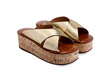 Sandalia cruzada de piel dorada. Plataforma 5cm de corcho. Piso de cuero.