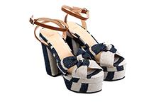 Sandalia cruzada en lino color piedra y azul. Plataforma 4cm. Tacón 12cm. Piso de cuero.