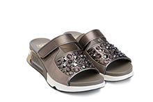 Sandalia de tejido satinado color topo, con brillantes. Con velcro.Piso grueso goma amortigüación.