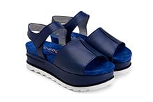 Sandalia de piel color azul y planta de ante. Cierre velcro. Plataforma 5cm. Piso de goma dentada.
