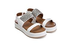 Sandalia de piel color blanco. Adorno tachas tricolor. Plataforma 3cm. Piso de goma.