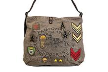 Bolso de lona color coñac con patchs. Cierre cremallera. Asa de cuero. (A42xH32xF8)
