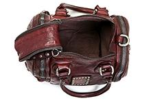 Bolso de piel color granate con adornos tachas y cremalleras. Asas cortas y larga. (A20xF15xF15)