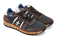 Zapatilla deportiva con cordones, en ante marrón y nylon azul. Logo piel. Piso de goma.