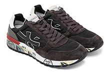 Zapatilla deportiva con cordones, en ante marrón y nylon negro. Piso de goma.