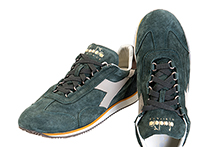 Zapatilla deportiva con cordones, en ante color verde y azul. Banda piel. Piso de goma.