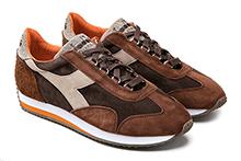 Zapatilla deportiva con cordones, en ante en tonos marrón. Piso de goma.