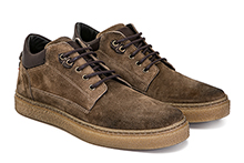 Zapato con cordones en serraje color caqui, con detalle de cuero. Piso de crêpe.