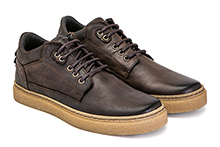 Zapato con cordones en piel color marrón. Piso de crêpe.