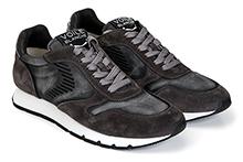 Zapatilla deportiva con cordones en ante y tejido negro decolorado. Piso de goma.