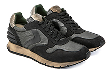 Zapatilla deportiva con cordones, en piel, ante y tejido negro. Piso de goma.