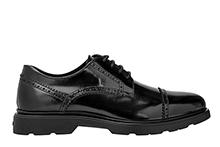 Zapato con cordones, de piel color negro. Puntera recta picada. Piso de goma.