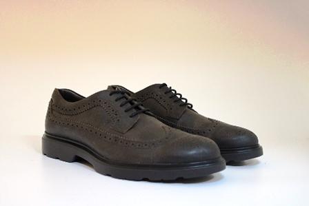 Zapato con cordones en nobuc marrón. Puntera vega picada. Piso de goma.