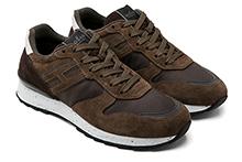Zapatilla deportiva con cordones, en ante y tejido color marrón. Piso de goma.
