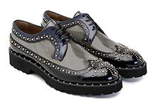 Zapato con cordones de piel gris y negro. Puntera vega con tachas. Piso micro grueso.