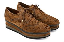 Zapato con cordones en ante tostado. Puntera vega picada. Plataforma 4cm. Piso de goma.