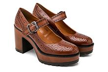 Zapato de piel picada en color cuero, con hebilla. Plataforma 3cm. Tacón madera 8cm. Piso de goma.