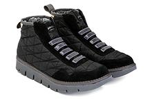 Botín deportivo en ante y nylon color negro, con elástico en la pala. Piso de goma.