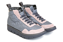 Botín deportivo en nylon gris y ante rosa, con elástico en la pala. Interior forrado. Piso de goma.