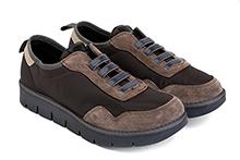 Zapatilla deportiva en nylon y ante color marrón, con elástico en la pala. Piso de goma.