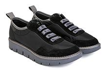 Zapatilla deportiva en nylon y ante negro, con elástico en la pala. Piso de goma.