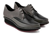 Zapato con cordones en piel gris y negro. Cuña interior y plataforma. Piso de goma.