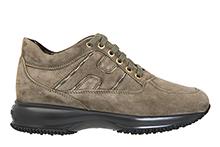 Zapato deportivo con cordones, en ante caqui y detalles oro. Piso micro de plataforma.