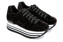Zapatilla deportiva con cordones, en terciopelo negro. Piso micro plataforma 4cm.