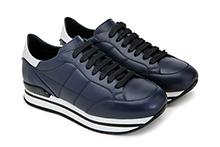 Zapatilla deportiva con cordones, de piel azul marino. Piso micro plataforma.