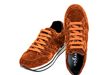 Zapatilla deportiva con cordones, en terciopelo color calabaza. Piso micro plataforma.