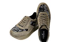 Zapatilla deportiva con cordones, en ante color caqui y paillet. Piso de goma grueso.