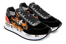 Zapatilla deportiva con cordones, en terciopelo negro y plumas color. Piso de goma.