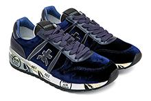 Zapatilla deportiva con cordones, en terciopelo y piel azul. Piso de goma.
