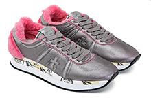 Zapatilla deportiva con cordones, en piel metalizada plomo y mouton rosa. Piso de goma.