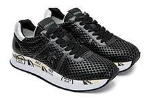Zapatilla deportiva con cordones, en piel calada color negro. Piso de goma.