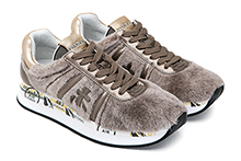 Zapatilla deportiva en pelo suave color beige y piel metalizada oro. Piso de goma.