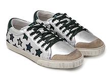 Zapatilla deportiva con cordones, en piel metalizada plata con bordado estrellas. Piso de goma.