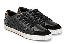 Zapatilla deportiva con cordones, en piel color negro con bordado estrellas. Piso de goma.