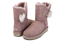 Botín de mouton color rosa, con adorno impèrdible y pompón en lateral. Piso de goma.
