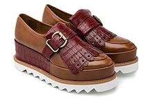 Zapato con flecos efecto piel cuero con grabado coco granate. Plataforma 4cm. Piso de goma dentada.