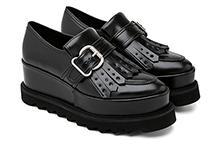 Zapato con flecos efecto piel color negro. Plataforma 4cm. Piso de goma dentada.
