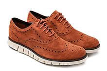 Zapato con cordones en ante picado color coñac. Piso de goma.