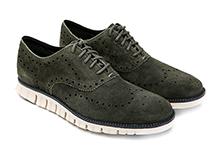 Zapato con cordones an ante picado color verde. Piso de goma.