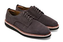 Zapato con cordones en ante color marrón oscuro. Piso de goma.
