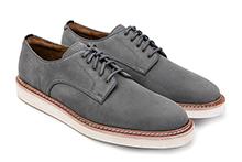 Zapato con cordones en ante color gris. Piso de goma.