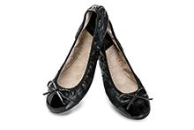 Bailarina plegable en color negro. Goma elástica y plantilla acolchada. Piso antideslizante.