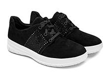 Zapatilla deportiva con cordones, en ante color negro y brillantes strass. Piso de goma blanco.