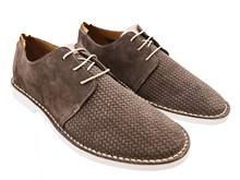 Zapato de cordones en ante color visón. Piso blanco microporoso. Super ligero