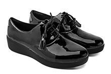 Zapato con cordones de charol negro. Planta acolchada. Piso de goma con cuña 3cm.